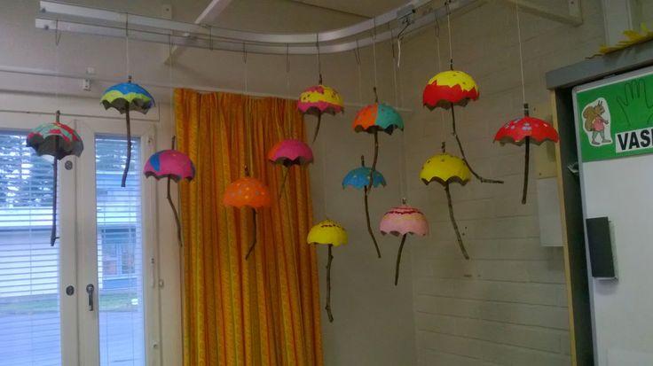 Askartelimme syksyllä eskareiden ja heidän vanhempiensa kanssa liisteripaperitekniikalla sateenvarjoja. Vanhemmat olivat auttamassa varjo-os...