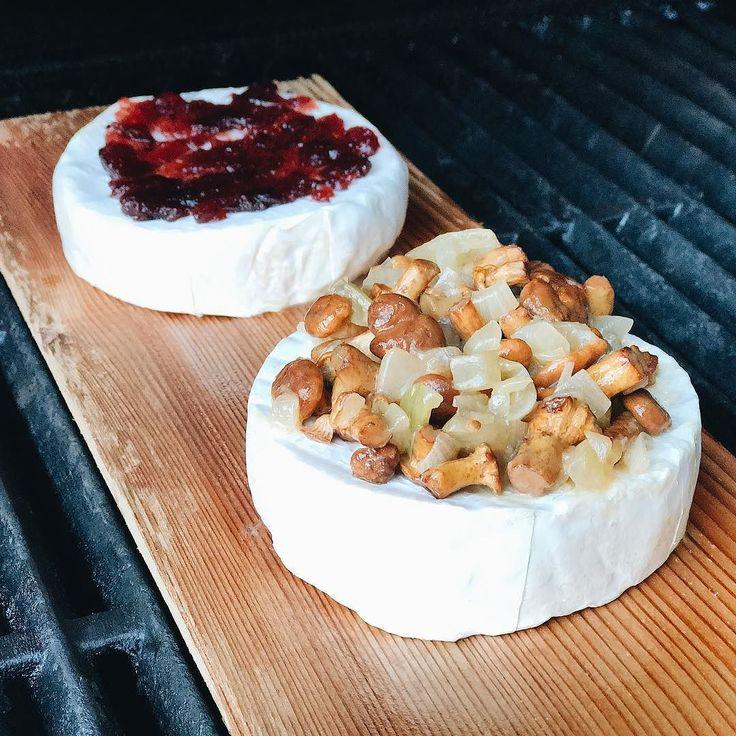 Sery pleśniowe camembert na desce klonowej z żurawina i kurkami z cebulką. #broilking #broilkingpolska #boilkingbbq #gasgrill #grill #grillgazowy #camembert #planiking #zurawina #kurki #foodporn #gotowanie #vsco #vscocam #instamood #instafood #mniammniam #foodie #maple #mapleplank