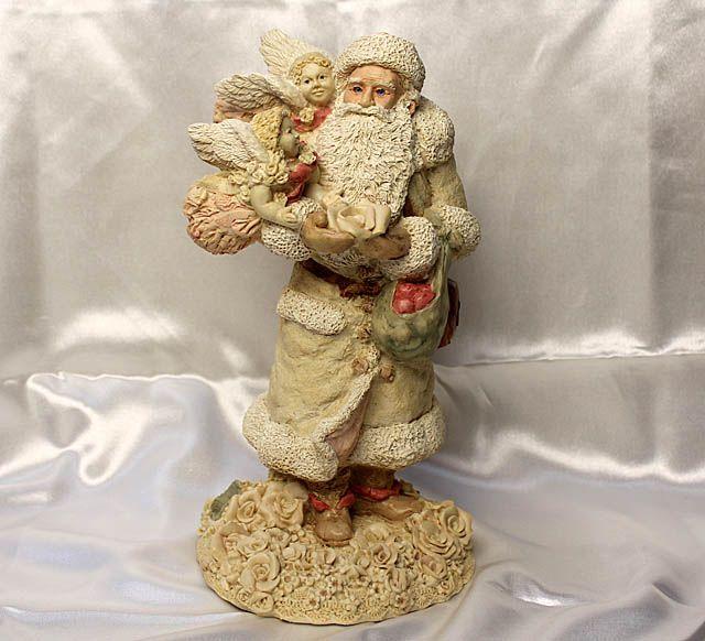 ビクトリアン時代のサンタクロースのオブジェ。クリスマスには赤と白のサンタクロースが有名ですが、昔は違いました。United Design corporation.の1989年、アメリカ製ビンテージ、アンティーク雑貨、デッドストック。とても希少な天使とサンタクロースの置物です。