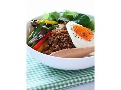 家計にもやさしいひき肉を使ったアイデア満載10種類の丼レシピを紹介。味にアクセントを加えたり、野菜をたっぷり加えたりでさまざまなアレンジが可能。ひき肉は火が通りやすいので時間節約にも効果的!