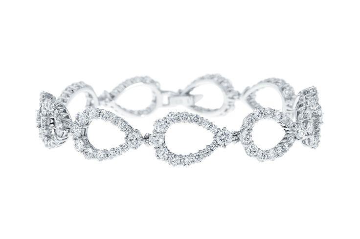 La collection Loop rend hommage aux pierres précieuses de taille poire, les plus légendaires de la maison Harry Winston. De l'éblouissant diamant Taylor-Burton aux fameuses Poires d'Indore, ces diamants ont inspirés les célèbres dessins Winston depuis près d'un siècle. La collection Loop réinvente la courbe emblématique du classique Winston en bijoux élégants pouvant être portés en journée. 154 diamants taille brillant pour un poids total d'environ 7.50 carats, montés sur plat...