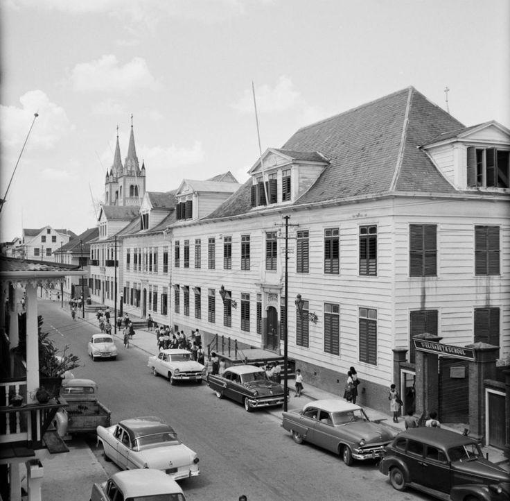 De Sint Elisabethschool in de Gravenstraat in Paramaribo, 1955. Nationaal Archief cc-by-sa | Surinaamse Genealogie, Familiegeschiedenis en Stambomen