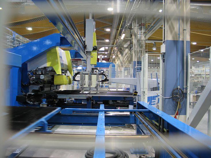 Koneet valmistetaan pitkälti automatisoidusti Jalasjärvellä. Tampereen tehtaalla koneet varustellaan.