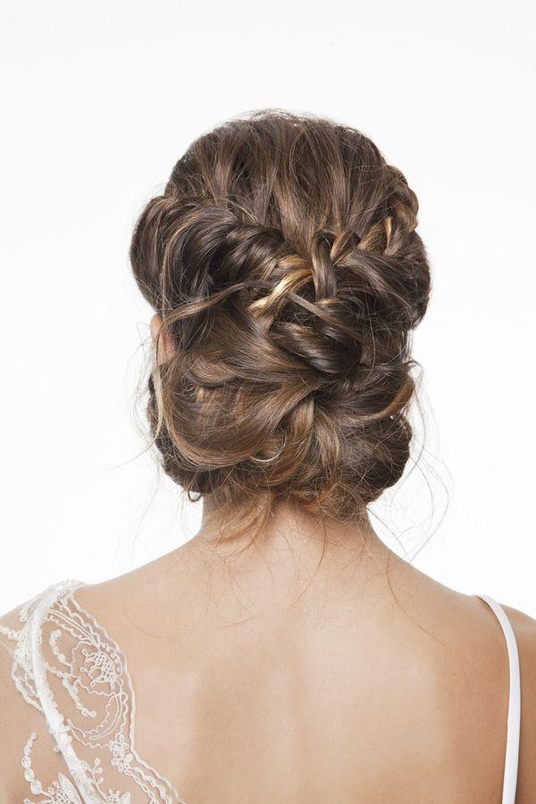Propuesta de peinado de ArtLab Salón para novias románticas: recogido a base de trenzados y retorcidos de apariencia despeinada. #hairstyle #weddinghair #tendenciasdebodas