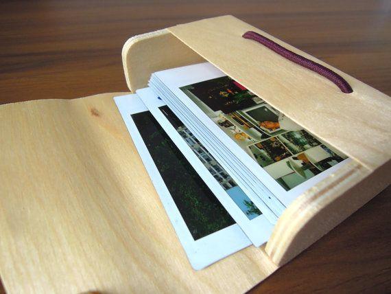 Vintage Robot ispirato pulsante cassetta legno caso - adatto per Fujifilm Instax Mini Polaroid istantanea fotocamera foto Album    Regalo perfetto per il tuo / fidanzato / fidanzata / migliori amiche! Si adatta per mantenere la foto della macchina fotografica istantanea / business carte di nome.  La falda della scatola è morbido e flessibile. Un elastico in colore marrone di facile apertura e chiusura.    -Style: A  -Dimensione: 65mm (H) 100mm (L) 30mm (D)  -Materiale: legno  -Quantità: 1…