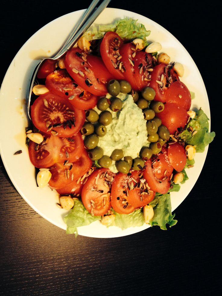 Hurtig salat: Krølsalat Advokado m. Citron & skyr Tomat Salat Hvidløg Oliven