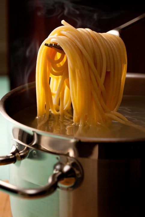 A massa deve estar al dente, o que significa que deve estar cozida, mas ainda firme, não mole demais. Escorrer a massa logo em seguida irá impedir que ela cozinhe demais quando você adicioná-la ao molho.