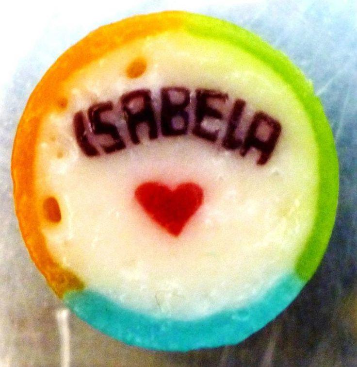 Caramelo artesanal personalizado con nombre de Isabela y corazón. #RecordatoriosParaFiestas