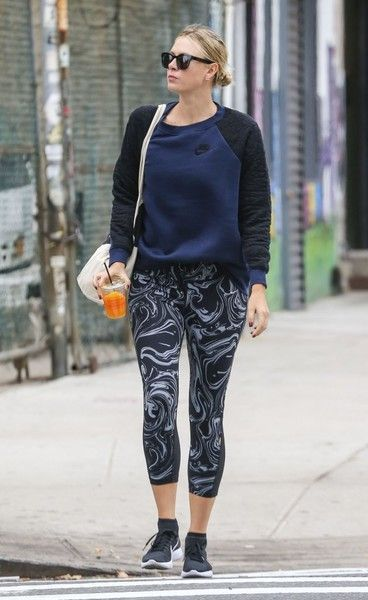 Maria Sharapova Leggings - Maria Sharapova matched her sporty top with a pair of swirl-patterned leggings.