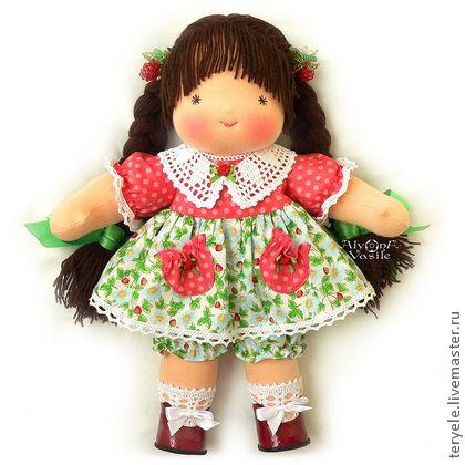 Ягодка-Июнька, 36 см.. Заказная веселая куколка с веснушками.    Цвет кожи - персиковый загар, волосы (меринос 100%) шоколадного цвета прочно вшиты-вышиты, возможны любые прически, глазки-звездочки карие 'с зелеными искорками'.