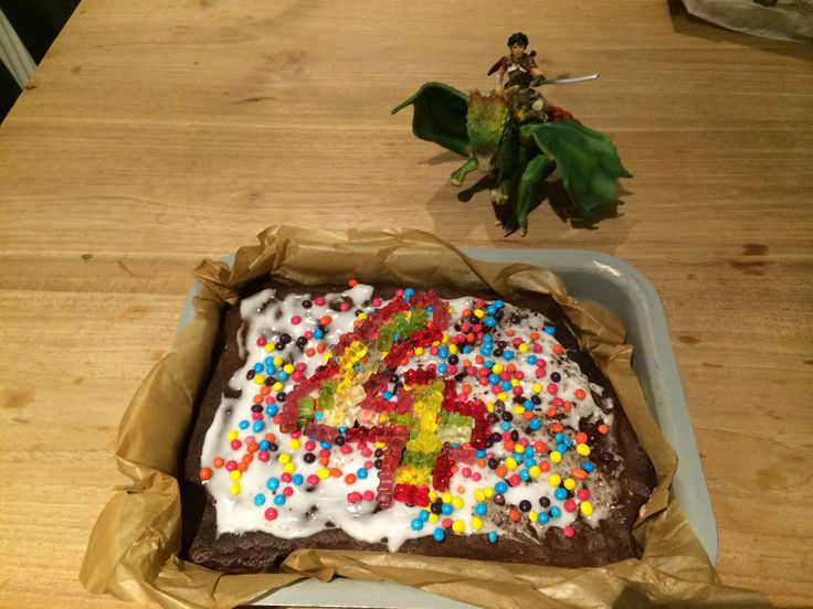 Verjaardagstaart: lekkere brownie, glazuur, m&m's en beertjes! Mmm...