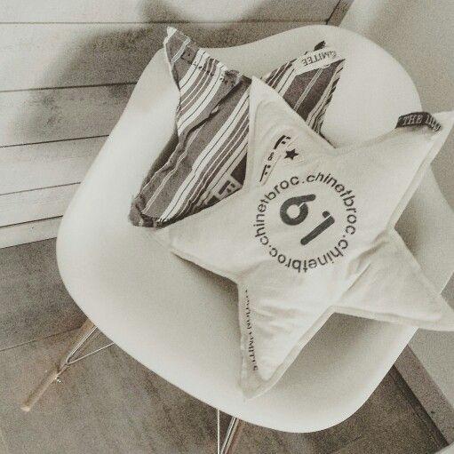 Coussin en chanvre et personnalisé avec des pochoirs homemade et peinture spéciale textile .
