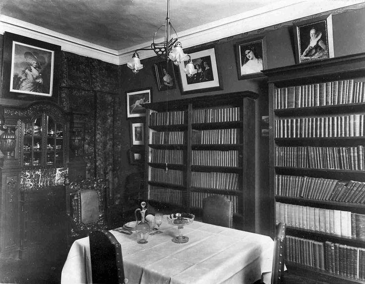 Книжные полки в столовой квартиры министра народного просвещения Льва Аристидовича Кассо Не многие даже самые просвещённые жители Петербурга начала ХХ века могли похвастаться такой богатой библиотекой.  Книжные шкафы располагались в доме повсюду, даже в столовой