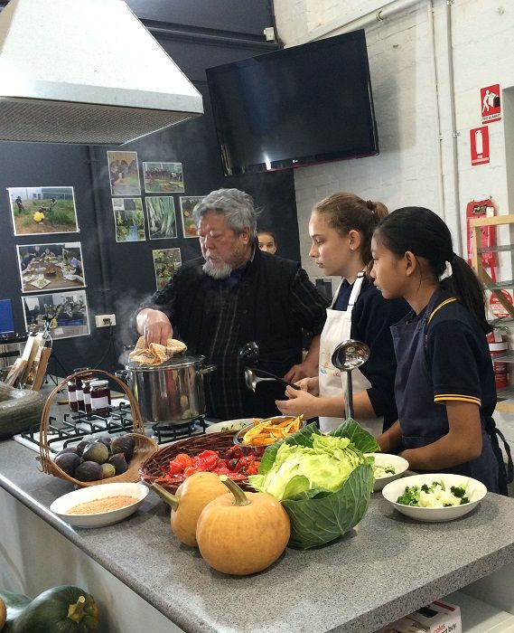 Adelaide, 8 June 2016:  The versatility and ease of preparation of pulses were on display at a school cooking class at Kilkenny primary School  with internationally renowned chef Cheong Liew. Our Director cooked too. Find out why it is UN International Year of Pulses: http://www.fao.org/pulses-2016/en/  Great job Kilkenny School!