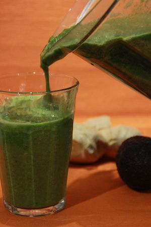 Ingredienser 100 g grönkål (jag använder frusen) 200 g spenat (jag använder frusen) 250 g gurka 250 g stjälkselleri 30 g färsk ingefära 3 tsk torkad mynta ev. vetegräspulver, 3-6 tsk 4 tsk pressad citron 1 avokado (ca 100 g)