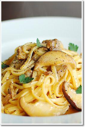 サルシッチャとしいたけのカルボナーラのリングイーネ、トリュフ風味|レシピブログ