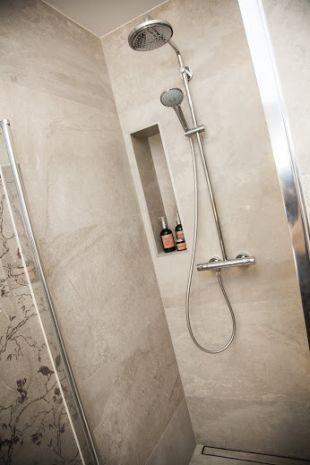 Homokszínű modern fürdőszoba zuhanyzó