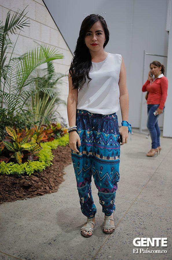 Los 'baggis' con estampado étnicos están de moda, esta es una opción para mujeres que buscan la comodidad  al mismo tiempo lucir a la moda. Daniela Yepes combina estos pantalones con una blusa básica blanca y unas sandalias romanas. http://elpais.com.co/gente