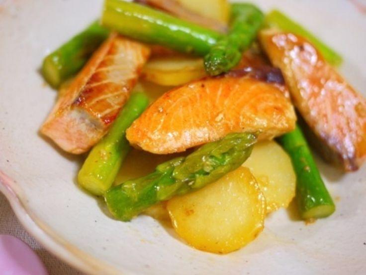 アスパラと新じゃが、鮭を使った、サッと焼いて炒めるだけの10分もあればできちゃう簡単おかず! にんにくとマヨネーズ&めんつゆの組み合わせが最高! 鮭とアスパラ、じゃがいも…洋風になりがちなこの組み合わせを、和風おかずにアレンジした、ご飯がすすむ一品です★ 鮭の旨みと、アスパラのシャキっとした食感、じゃがいものほくほく感がおいしい★
