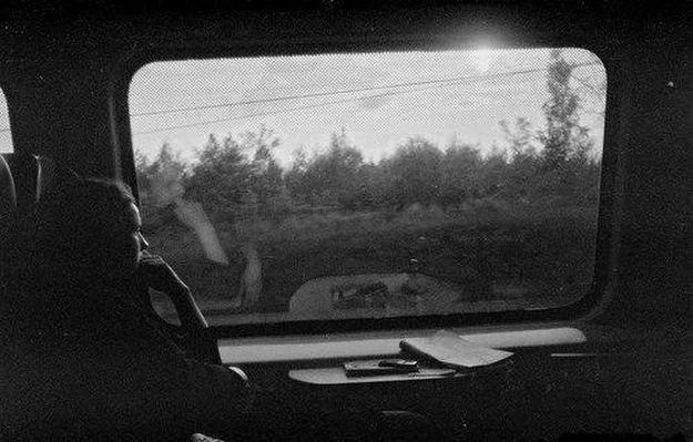 Она сидела у окна,  А он вошел в ее вагон.  - Женат, - подумала она,  - Лет тридцать пять, - подумал он.  А за окном цвела весна,  День был прекрасен, словно сон.  - Красив, - подумала она.  - Как хороша! - подумал он.  Но проза жизни такова,  Он встал и вышел на перрон...  - Как жаль! – подумала она.  - Как жаль! – успел подумать он.  А дома, взяв бокал вина,  Включив любимый «Вальс-Бостон»  - Одна... – подумала она.  - Один... – подумал он.   Алквиад