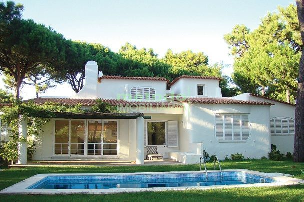 Gourgeous villa vith pool for sale in Cascais, Portugal.