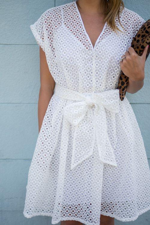 Rrobe courte blanche, ceinture noeud, tenue d'été, pochette motifs léopard, White Eyelet Dress - Gal Meets Glam