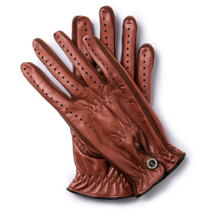 J.C.63 GRAND PRIX COLLECTION In 1963 the British Formula 1 driver Jim Clark won his first world championship in this type of gloves. Designed by Clark himself, the gloves were made of thin, flexible kangaroo skin with a chrome stud. The present-day version is made from lambskin and retains an iconic feature: the flexible gusset that cools the hand and makes the glove both more flexible and stronge