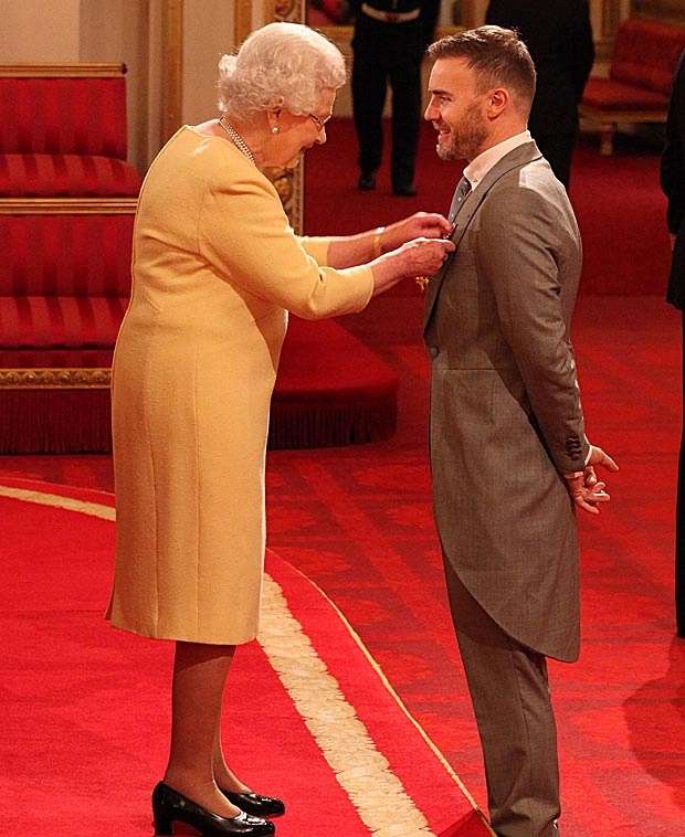 Gorgeous Gary Barlow receives his OBE from the Queen 21/11/12....... Think the Queen was a little giddy ;-)