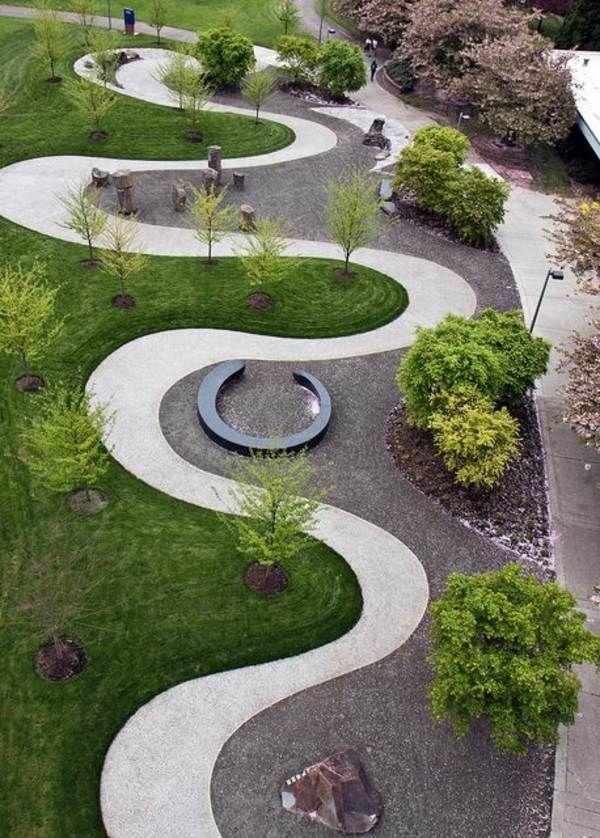 aménagement jardin moderne avec allée zigzagante et arbres