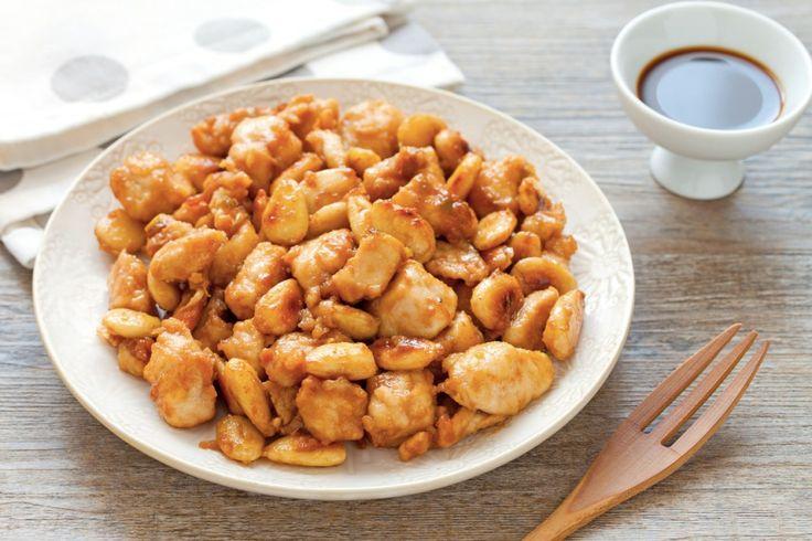 Una ricetta che si ispira alla cucina cinese. Il pollo alle mandorle è facile da preparare e accanto al riso pilaf diventa un piatto unico completo