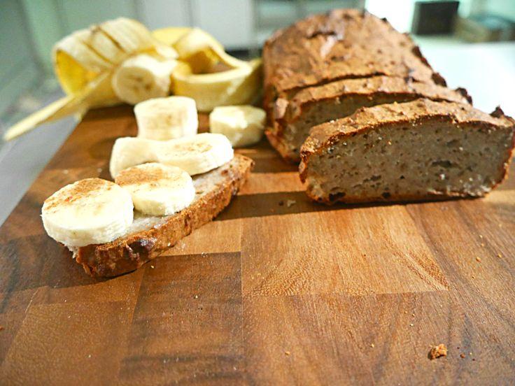 """Składniki: - 3 dojrzałe banany - łyżka nasion chia - 3łyżki wrzątku - szczypta cynamonu - 2 ½ łyżki oleju kokosowego - 1 ½ szklanki mąki migdałowej  W miseczce rozgniotłam banany. W drugiej małej miseczce zrobiłam tak zwane """"jajko chia"""" – zamiennik jajka. Wsypałam nasiona załam wrzątkiem i odstawiłam na 2 minuty. Powstała """"glutowata""""…"""