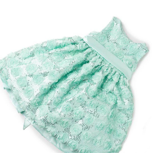 Los tonos menta son indispensables en el armario infantil de las niñas durante el verano, este vestido de corte clásico, sin mangas, en tejido tipo blonda con rosas bordadas es la penda ideal para estas festividades.