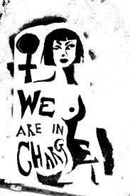Omdat het erover gaat dat 2 werelden samen komen, kunnen we ook feminisme uitbeelden. Omdat we 2 vrouwelijke modellen hebben, en dan uitbeelden dat 2 werelden als in power en een lichte, sensuele vrouwelijke dat dat samen komt: feminisme.