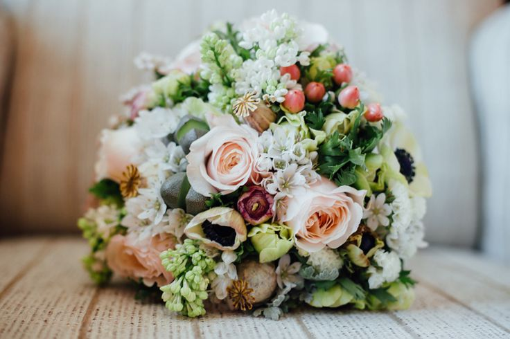 Beautiful wedding bouquet with roses and wild flowers || İstanbul düğün fotoğrafçısı düğün çiçeği (by Vesaire) gül ve kır çiçekleri buket  by Mertör Photography