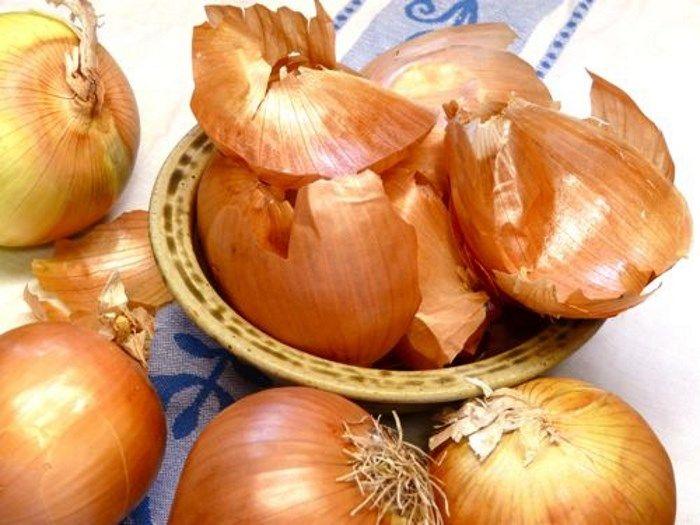 Eddig nem is tudtad valószínűleg, mekkora hibát követsz el, mikor a hagyma héját a szemetesbe dobod. A kutatások szerint bőséges antioxidáns raktár, tele van rostokkal, flavonoidokkal, melyek igen értékes összetevők. A vöröshagyma héja több antioxidánst tartalmaz, mint maga a zöldség, ezenkívül t