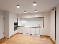 LAKIEROWA SZKŁO DEKORACYJNE: Takie dekorowane szkło stanowi propozycję dla osób lubiących minimalizm. Białe lakierowane szkło coraz częściej zastępuje inne materiały wykończeniowe w kuchniach, łazienkach (np. do kabin prysznicowych), ale też innych pomieszczeniach. Dlaczego biel? Bo podkreśla awangardowy charakter pomieszczenia, daje poczucie lekkości przestrzeni. Optycznie powiększa pomieszczenie. Efektem jest uzyskanie dużych powierzchni o gładkiej fakturze.