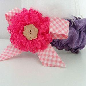 Περιγραφή: Χειροποίητη μωβ κορδέλα με πούπουλο, φιόγκο ροζ καρώ, δαντελένιο λουλούδι με ξύλινο κουμπί http://www.minifashion.gr
