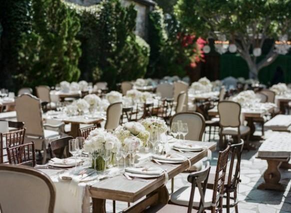 L'amore le sedie spaiate e tavoli agricoli con accenti bianchi. So pretty. Fotografia di amyandstuart.com, Coordinamento da pryorevents.com, Floral Design da hiddengardenflowers.com