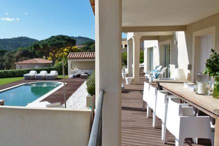 """Villa """"Pinson Blanche"""" (Les Issambres) - Luxe moderne villa met privé zwembad op korte afstand van de stranden van Les Issambres. Moderne inrichting met luxe meubilair zowel binnen als buiten, airconditioning en alle slaapkamers met en-suite badkamer. Bij het zwembad bevindt zich een heerlijk poolhouse. Deze villa is geschikt voor 8 personen."""