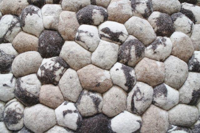 Onze #stenen #kleden lijken net grote #kiezels. Maar het zijn eigenlijk grote #vilten bollen. Heerlijk #zacht aan de voeten, en het geeft je #interieur een gave #minimalistische uitstraling. #scandinavisch #sukhi #designorbreakfast | Sukhi.nl