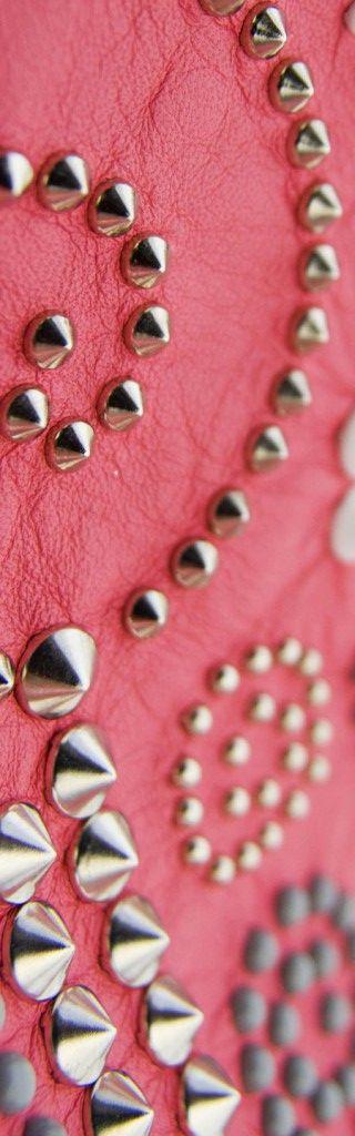 Borchie Griffe - Borchie graffate su pelle rossa