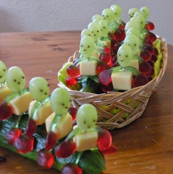 Tolles Rezept für eine Kinderparty. Ihr braucht dafür eine Gurke, Weintrauben, Haribo Kirschen und Käsewürfel. Die Augen sind aus Mohn Streusel