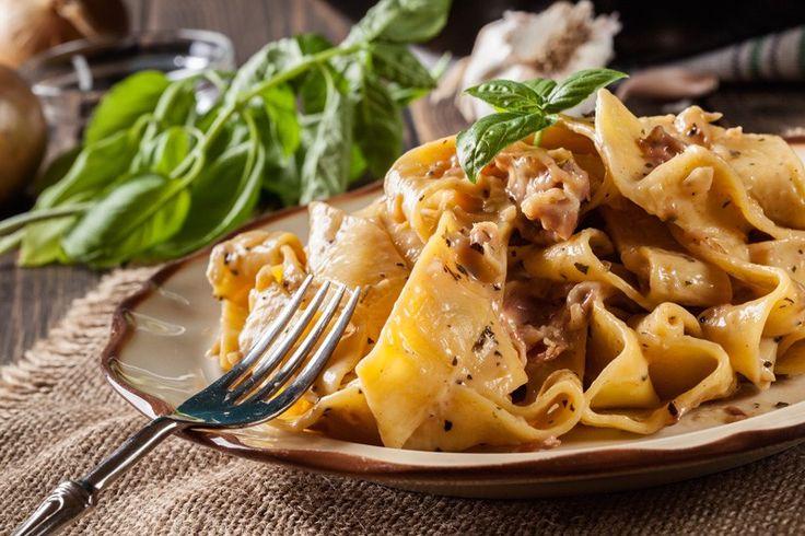 Le pappardelle con crema ai funghi, gorgonzola e speck sono un primo piatto estremamente cremoso e dal sapore intenso. Ecco la ricetta