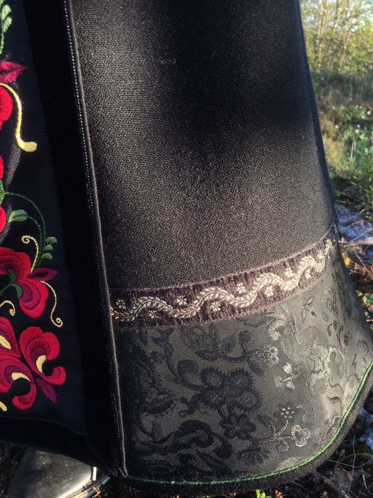Vakker Beltestakk fra Telemark selges nå. Må ses! Dette er en lekker Beltestakk (kalles også Bøstakk) med brodert liv, brodert forklede og vakkert brokadehjul. Broderiene er av tradisjonelt mønster fra Telemark. Skjorta er av lin, med vakre korsstingsbroderier. Bunaden må ses! Beltestakken selges slik dere ser den på bildene. I tillegg til stakken følger belte, skjorte og forklede med på kjøpet...