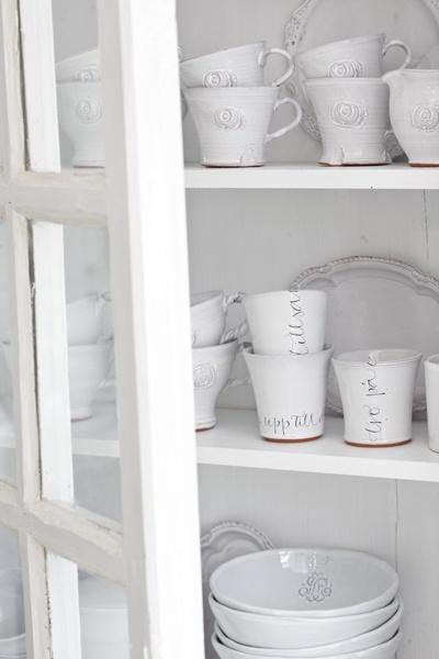 white cabinet - witte kast met serviesgoed