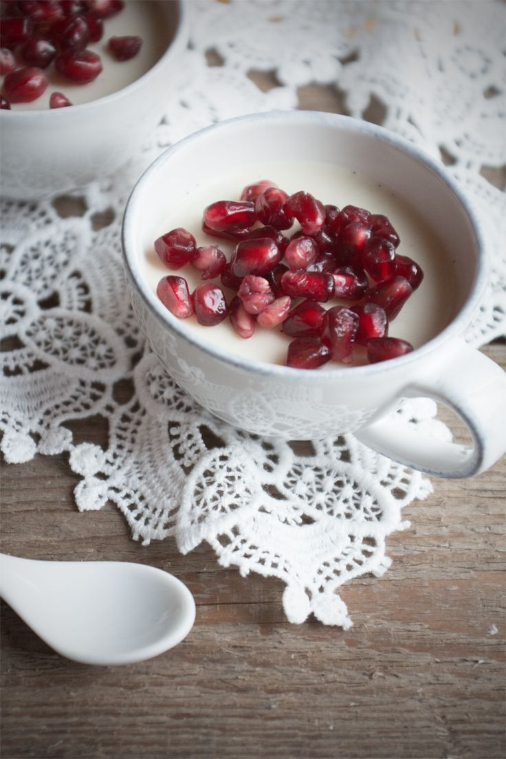 Weiße Schoko & Kokos Panna Cotta mit Granatapfel / White Chocolate & Coconut Panna Cotta with pomegranate {flowers on my plate}