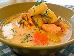 サーモンスープ フィンランド 材料(4人分)調理時間30分 にんにく1片 ねぎ1/3本くらい にんじん1~2本 じゃがいも2~3コ 生のサーモン300gくらい 水800mlくらい 魚のブイヨン1コ 塩・胡椒適量 牛乳(または調理用生クリーム)200mlくらい レモン汁大さじ1程度 ディル(一部飾り用)1~2枝 オリーブオイル少々 スロークッカー 鮭
