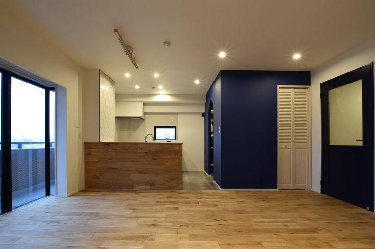 ホワイトオークの無垢フローリングは木の温もり溢れるやさしい風合い。<br /> ネイビーの塗装がアクセントとなり空間を引き締めます。 専門家:株式会社リノステージが手掛けた、LDK(木のぬくもりにこだわりネイビーを効かせて)の詳細ページ。新築戸建、リフォーム、リノベーションの事例多数、SUVACO(スバコ)