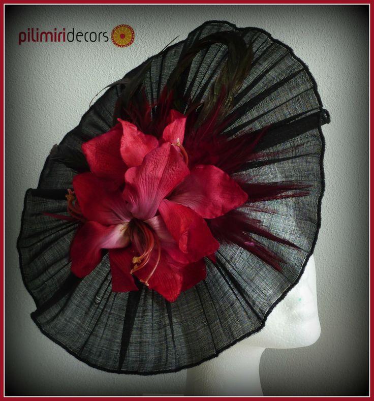 Tocado plisado sinamay seda con plumas y flor burdeos