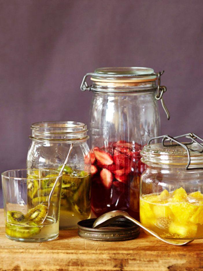 材料は単一の果物と砂糖のみ。1週間程度で完成するシンプルなフルーツ酵素シロップは、素材のビタミンや栄養素がそのままとれる発酵調味料。ドリンクベースに、お料理に、レシピのバリエーションがぐんと広がる。|『ELLE a table』はおしゃれで簡単なレシピが満載!